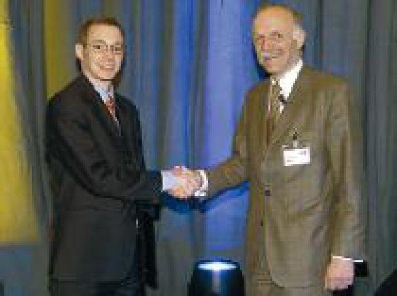 Dirk von Lewinski (links) erhält das MSD-Stipendium Hypertonie/Herzinsuffizienz 2002 aus der Hand von Kurt Bestehorn, MSD Sharp & Dohme. Foto: privat