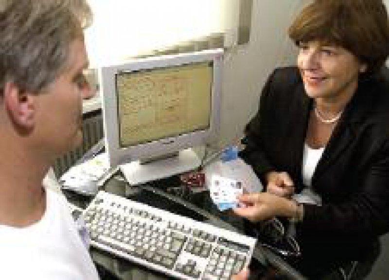 Elektronische Gesundheitskarte: Ministerin Schmidt bei der Vorstellung eines Modellversuchs in Düren Foto: dpa