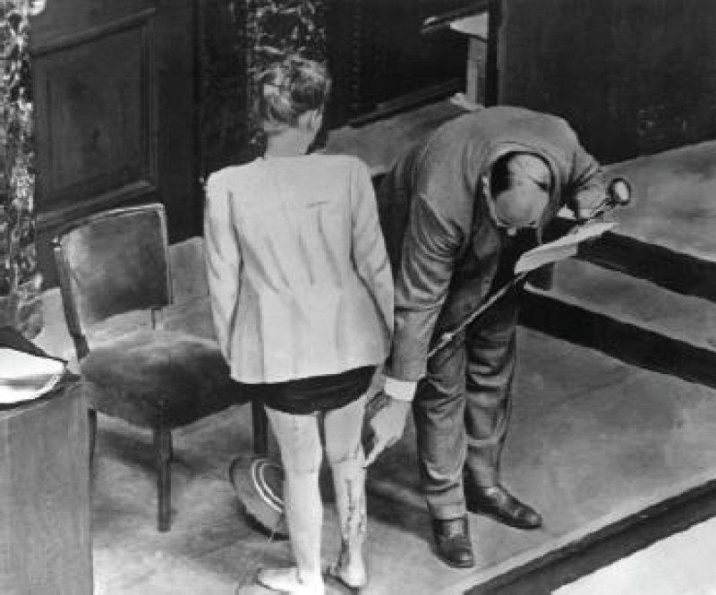 Nürnberger Ärzteprozess: Die polnische Zeugin J. Bzize zeigt ihre Narben am rechten Bein – Folge medizinischer Experimente im Konzentrationslager Ravensbrück. Foto: dpa