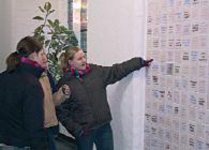 Die Tradition der Abiturientenkacheln im Kreuzgang ist für die Schülerinnen neu. Foto: Collegium Augustianum Gaesdonck