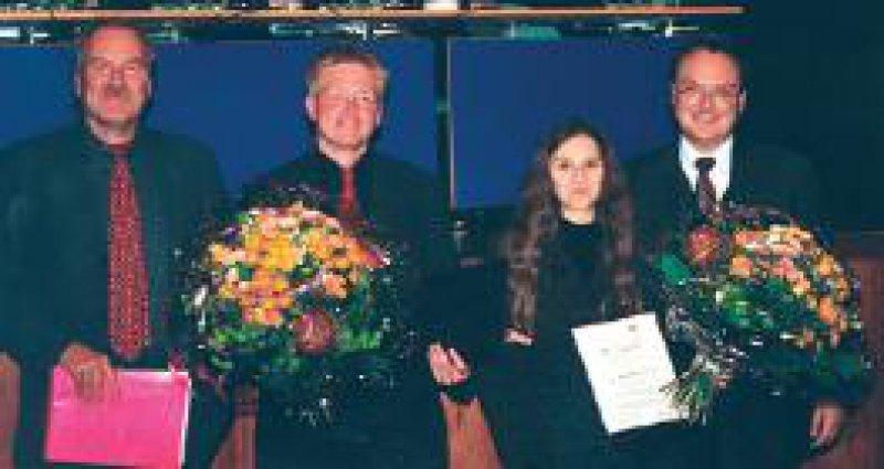 Tagungspräsident Prof. Dr. Werner Hacke (links) und Prof. Dr. Siegfried Schön, Leiter des medizinischen Fachbereichs ZNS/Anästhesie bei GlaxoSmithKline (rechts), überreichten während des 75. DGN-Kongresses in Mannheim das GSK-Migränestipendium an die beiden Neurologen Dr. Sigrid Schuh-Hofer und Dr. Thorsten Bartsch. Foto: privat