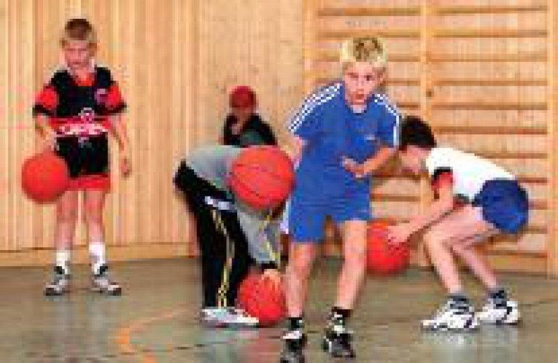 Kinder, die drei oder mehr Stunden Schulsport haben, schnitten bei allen Übungen besser ab. Foto: dpa