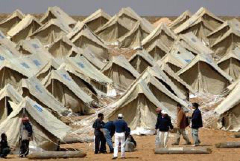 In der jordanischen Stadt Al-Ruweishid, etwa 60 Kilometer westlich der irakischen Grenze, haben Hilfsorganisationen eine Zeltstadt errichtet und warten auf Flüchtlinge. Foto: ap