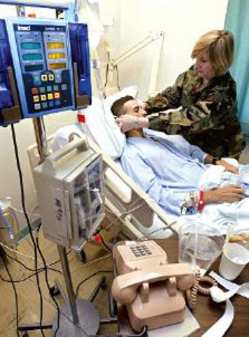 Chefkrankenschwester Major Frances Ward kümmert sich um einen beatmeten Patienten. Foto: dpa
