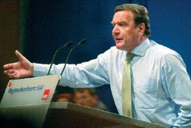 Bundeskanzler Gerhard Schröder: Ein System mit 350 Kassen ist veraltet. Fotos: dpa