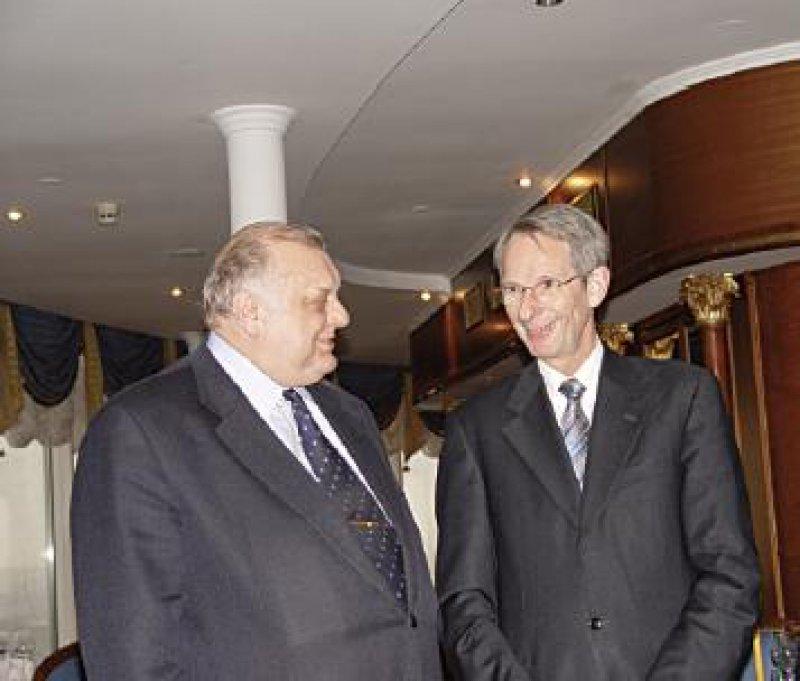 Der russische Vizeminister Vialkov (links), hier im Gespräch mit Bundesärztekammer- Präsident Hoppe, ist für die Entwicklung des Gesundheitswesens zuständig.