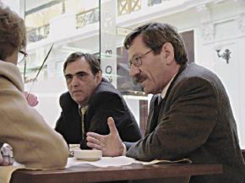 Robert Schäfer (rechts), ärztlicher Geschäftsführer der Ärztekammer Nordrhein, im Gespräch mit den russischen Partnern Fotos: Otmar Kloiber