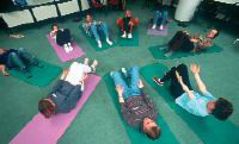 Rückenschmerzen verursachen der DAK zufolge enorme Kosten. Gezielte Prävention kann helfen. Foto:AOK-Mediendienst