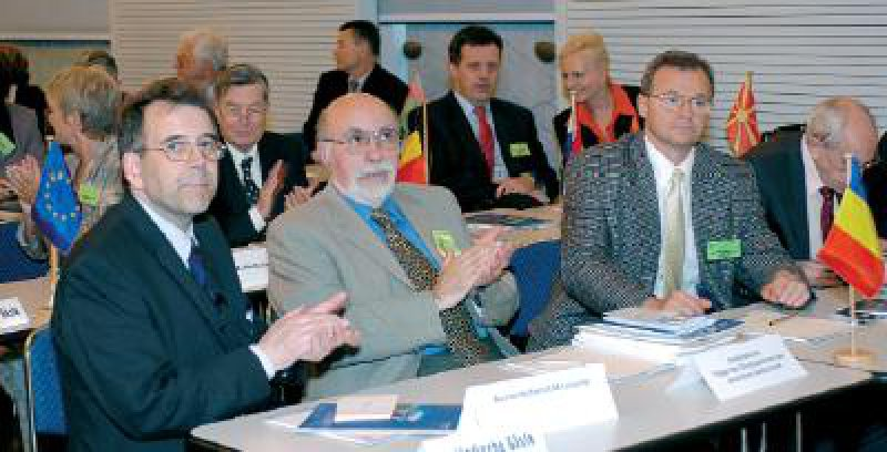 Mit großer Aufmerksamkeit beobachten die ausländischen Gäste die Plenarberatungen während des 106. Deutschen Ärztetages in Köln.