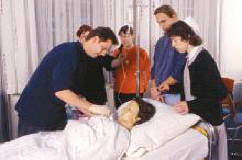 Die Krankenpflegeausbildung wird nach 18 Jahren erstmals novelliert. Das entsprechende Gesetz tritt 2004 in Kraft. Foto: Peter Wirtz