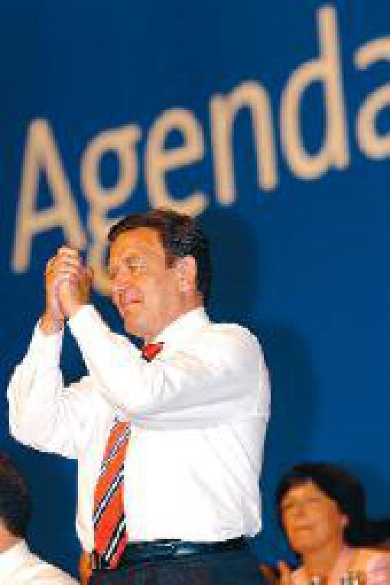 """""""Froh und glücklich"""" – Gerhard Schröder nach der Abstimmung über den Reformkurs Foto: dpa"""