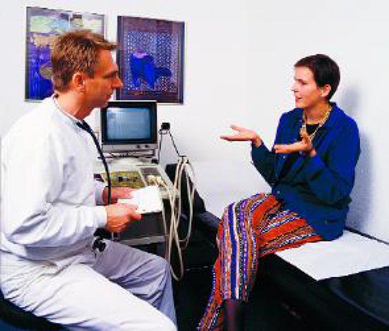 Patienten, die zu Beginn des Gesprächs ausreden dürfen, haben später weniger Nachfragen. Foto: Peter Wirtz