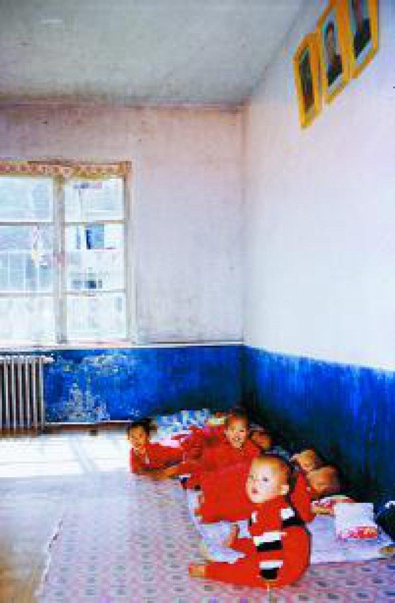 Aufenthaltsraum in einem Heim für Kinder von drei bis sechs Jahren: Einziger Wandschmuck sind die Porträts der großen Führer.