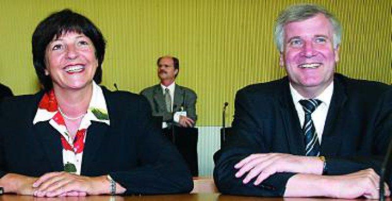 Gemeinsames Strahlen: Gesundheitsministerin Ulla Schmidt und Unions-Gesundheitsexperte Horst Seehofer (CSU) wollen Eckpunkte für eine Reform des Gesundheitswesens ausarbeiten, auf die sich Regierung und Opposition einigen könnten. Foto: ddp
