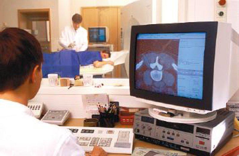 In Deutschland werden mehr als 136 Millionen Röntgenuntersuchungen pro Jahr durchgeführt. Während die Zahl der konventionellen Aufnahmen sinkt, nehmen die Schnittbildverfahren und minimalinvasiven Techniken zu. Foto: Peter Wirtz