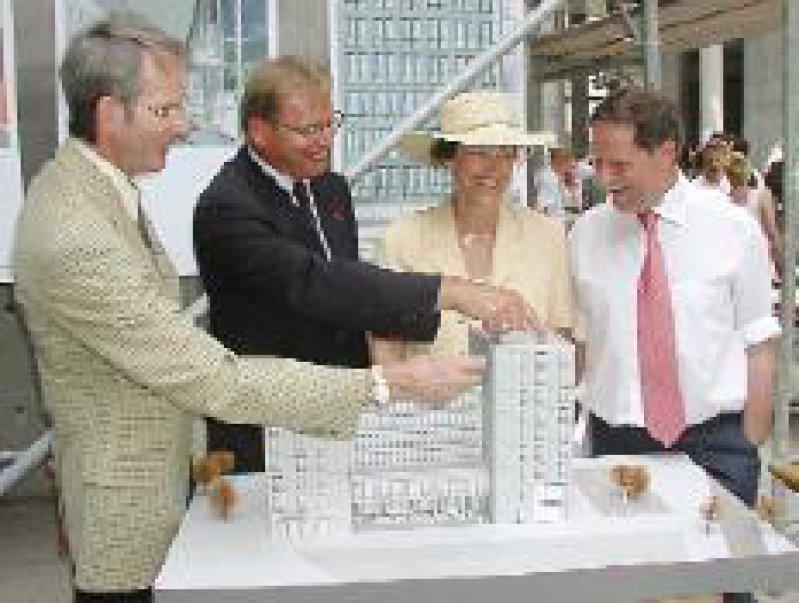 Jörg-Dietrich Hoppe (l.) und Manfred Richter- Reichhelm (2. v. l.) zeigen ihre Büros. Fotos: KBV