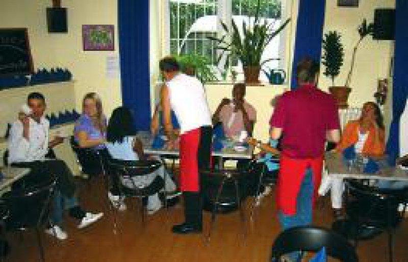 Im Kölner Arbeits- und Qualifizierungsprojekt Hivisimo, einem Café, können HIV-infizierte Frauen und Männer Arbeit finden und gleichzeitig ausgebildet werden. Foto: Aids-Hilfe Köln