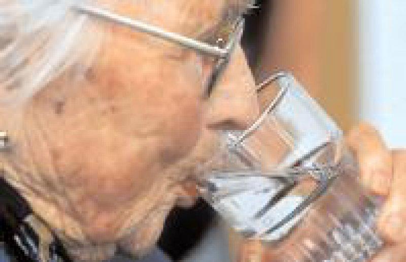 Häufig nicht erkannt: Fehlende Flüssigkeit kann zu Verwirrtheit führen. Foto: epd