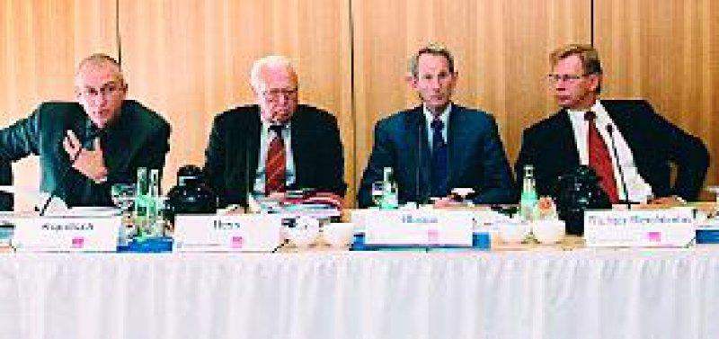 Die Situation ist schwieriger als angenommen – Dr. med. Manfred Richter-Reichhelm, Prof. Dr. med.Jörg-Dietrich Hoppe, Dr. jur. Rainer Hess, Dr. rer. pol. Thomas Kopetsch (von rechts). Fotos: Bildschön