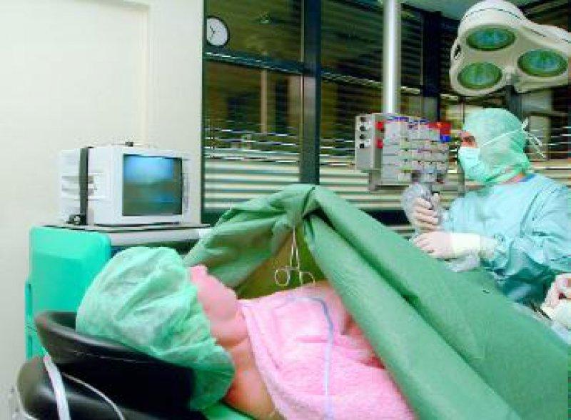 Der Katalog zum ambulanten Operieren umfasst rund 300 Leistungen. Ab 2005 sollen auch die niedergelassenen Operateure nach einem pauschalierten Entgeltsystem honoriert werden – vergleichbar mit den Krankenhäusern. Foto: Techniker Krankenkasse