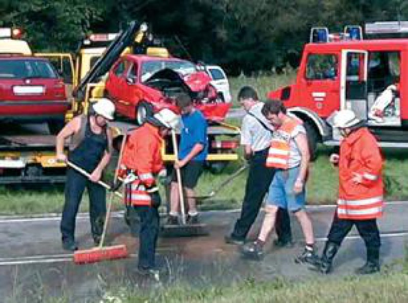 Unfallhelfer bei Aufräumarbeiten nach einem Verkehrsunfall Foto: Bernhard Seitz