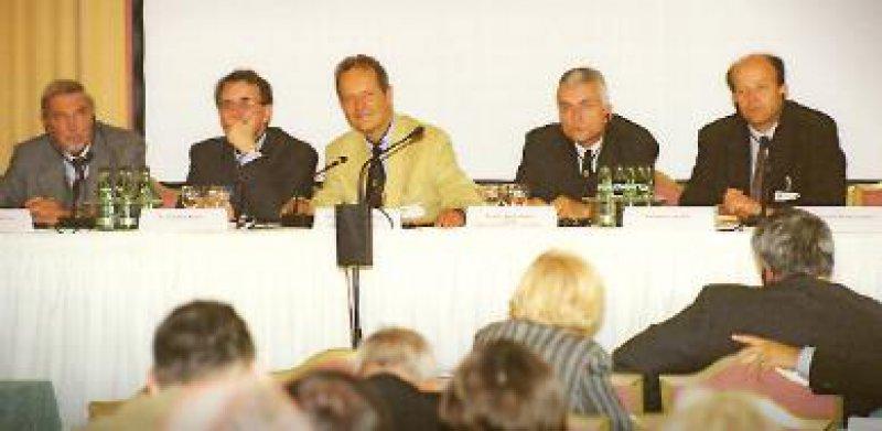 Podium: Etwa 220 deutsche und polnische Ärzte und Politiker diskutierten in Meißen die Auswirkungen des EU-Beitritts Polens. Foto: Slä