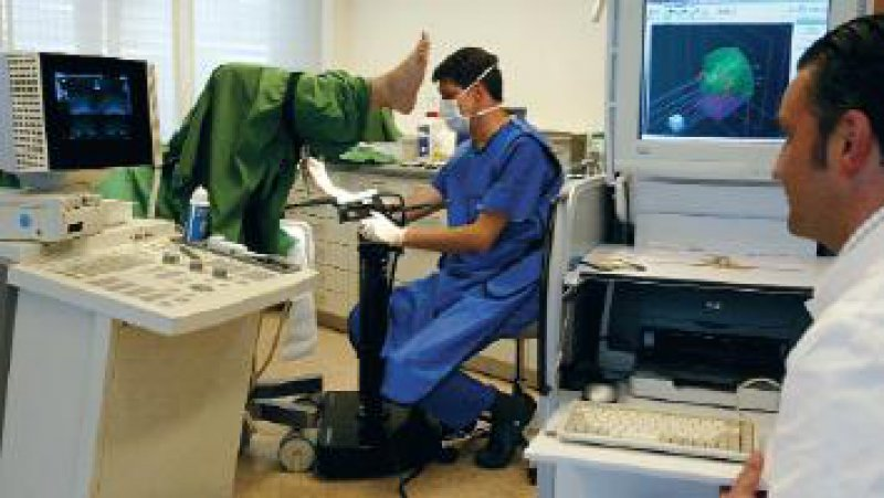 Regelmäßige PSA-Testuntersuchungen sollen diese Situation verhindern: die Behandlung eines Prostatakarzinoms. Foto:Westdeutsches Prostatazentrum, Köln