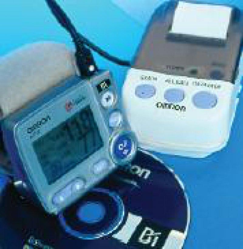 Das Blutdruckmessgerät Omron wird am Handgelenk getragen. Die gewonnenen Daten können über einen mitgelieferten Drucker ausgedruckt werden oder direkt über die Schnittstelle elektronisch gespeichert werden. Werkfoto