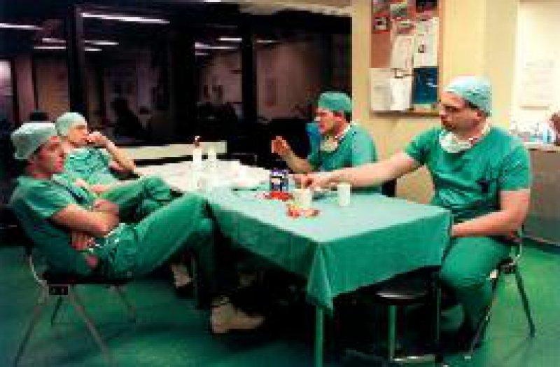 Ärzte im Bereitschaftsdienst: Auch künftig sollen Dienste von mehr als zehn Stunden täglich möglich sein. Foto: JOKER
