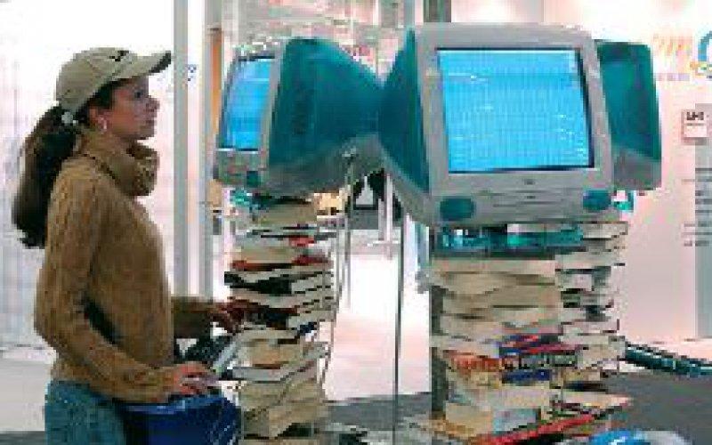Bücher und PCs einträchtig vereint . . . Foto: Frankfurter Buchmesse/Hirth