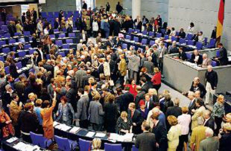 Nur mit Mühe erringt Rot-Grün bei der namentlichen Abstimmung über die Gesundheitsreform im Bundestag eine eigene Mehrheit. Foto: dpa