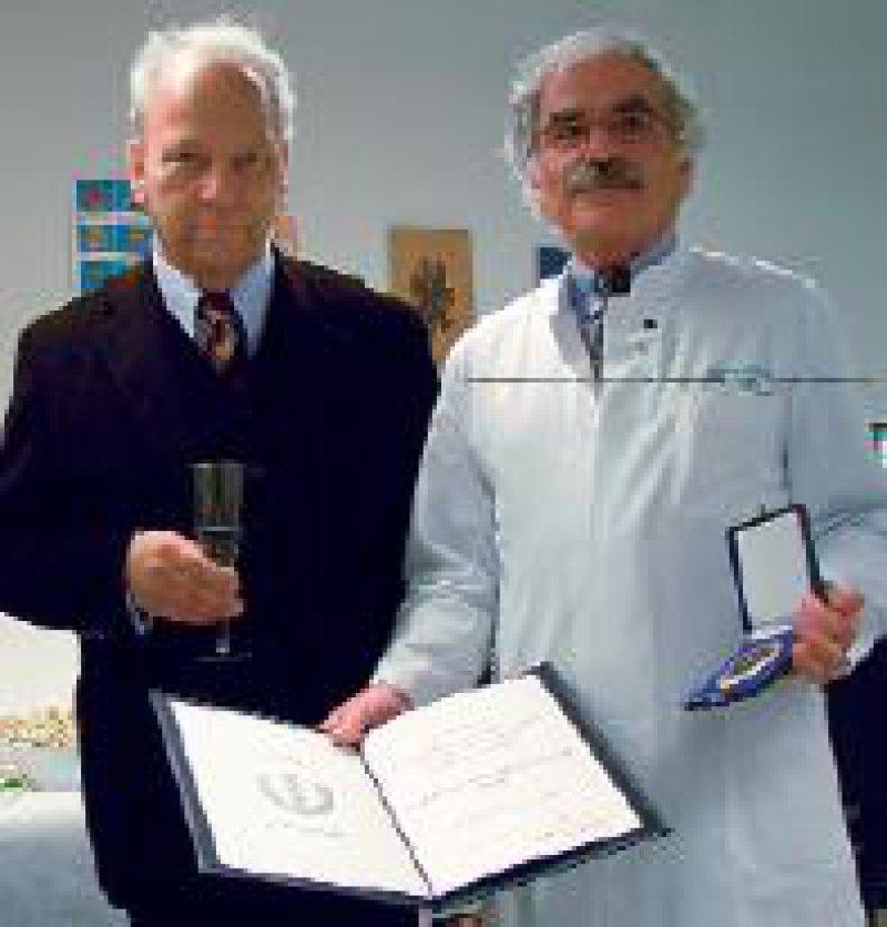Prof. Dr. Albrecht Hesse (rechts) erhält das Ehrenzeichen der deutschen Ärzteschaft aus der Hand von Dr. Klaus Udo Josten, Bonn. Foto: Krajewski
