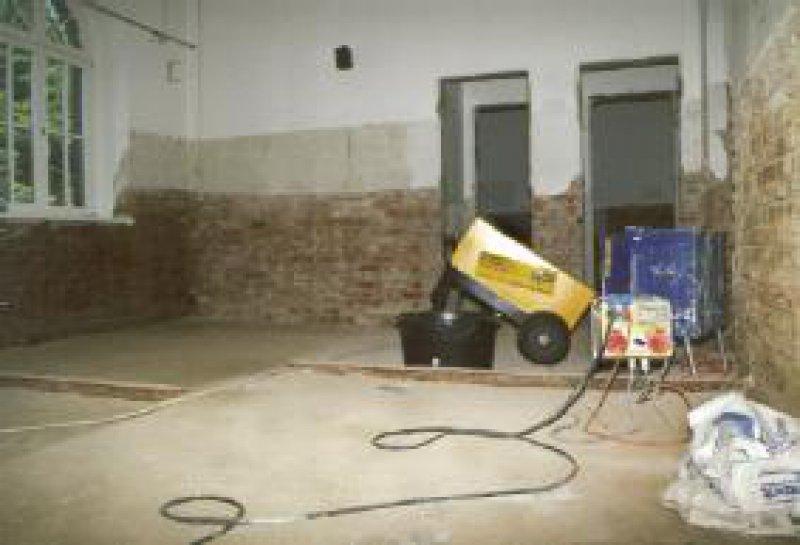 Heißluftgeräte und Baustellen prägen auch fünf Monate nach dem Hochwasser noch das Bild mancher Arztpraxis. Foto: Knut Köhler
