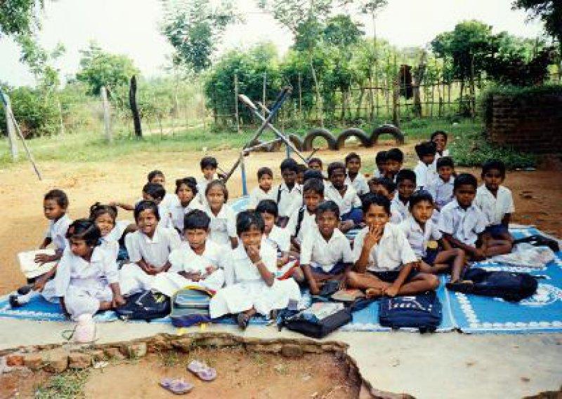 Viele Schulen haben keine Dächer mehr. Die Kinder sitzen auf Matten auf dem Boden und sind froh, wenn ein Baum in der sengenden Sonne etwas Schatten spendet. Fotos:Waltraud Bolz