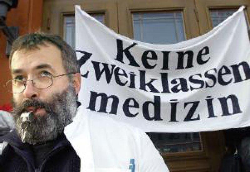 Ärztekammerpräsident Dr. med. Andreas Crusius erhielt am 22. Januar viel Beifall, als er in der Rostocker Innenstadt die Fehlentscheidungen der rot-grünen Bundesregierung anprangerte. Foto: dpa