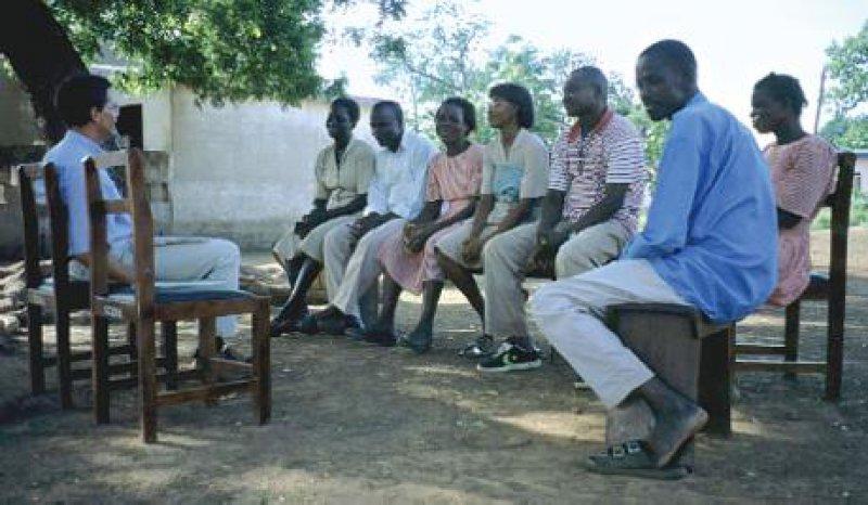 Gespräch mit den Mitarbeitern und Mitarbeiterinnen eines Gesundheitspostens