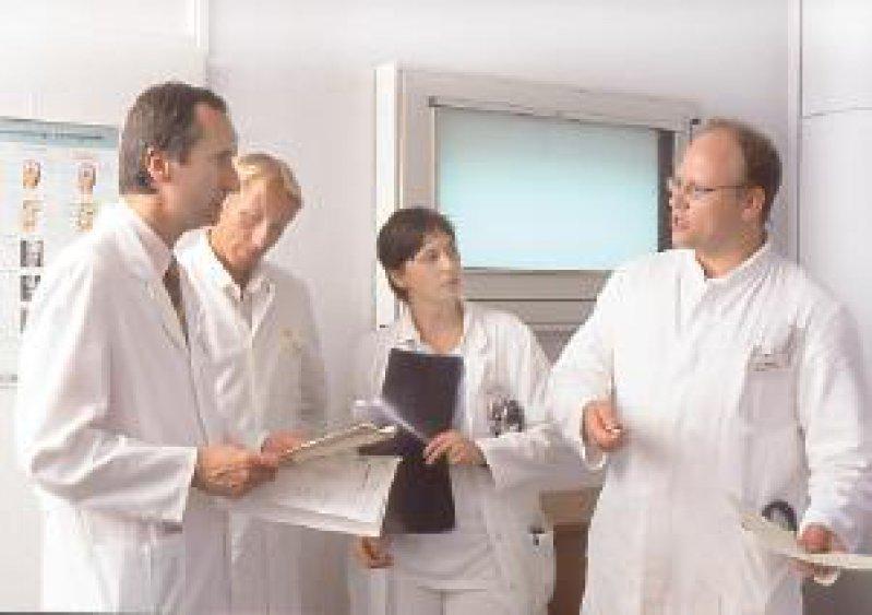 Foto: Peter Wirtz Die konsiliarische Beratung bei konkreten Therapieproblemen gehört zu den vordringlichsten Aufgaben des Infektiologen.