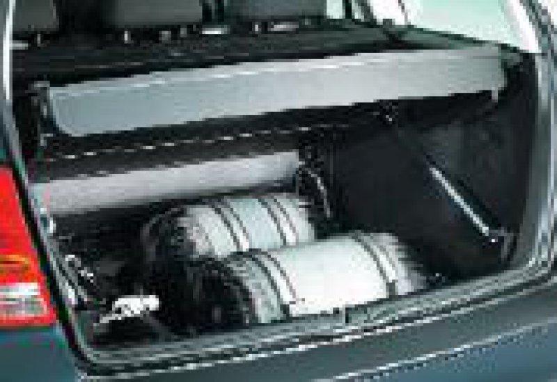 Erdgastanks aus Kunstharz sind leichter. Das Tankstellennetz wird dichter. Fotos:VW