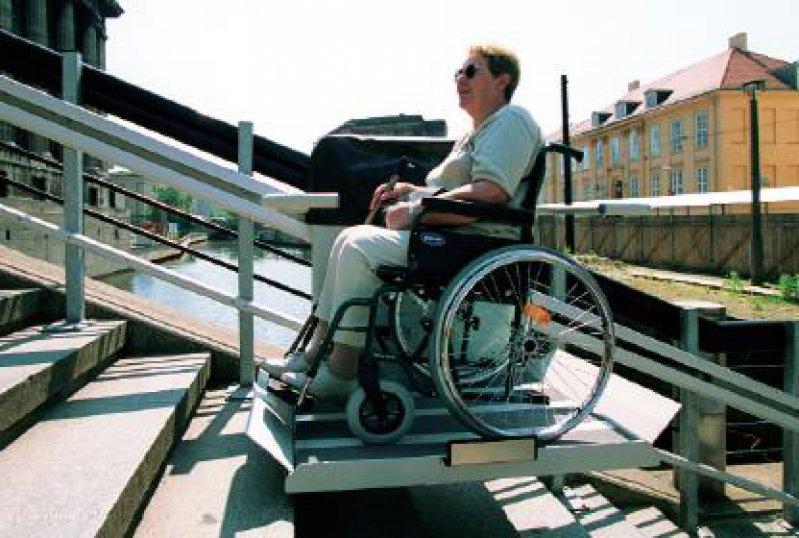 Treppen stellen für Rollstuhlfahrer ohne technische Hilfen nahezu unüberwindbare Hindernisse dar. Ein Reha-Lifter schafft Abhilfe. Foto: epd