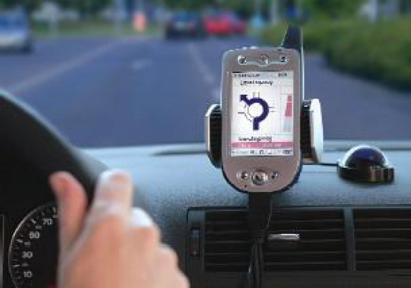 """Mobil und flexibel: Mit dem """"NaviGate CarKit"""" wird aus dem MDA mit wenigen Handgriffen ein vollwertiges Navigationssystem. Fotos:T-Mobile"""