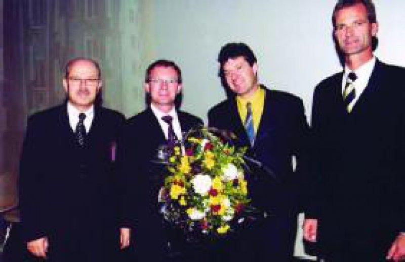 Preisverleihung durch Prof. Dr. Wolfgang Gaebel, Präsident der DGBP (li.), und Dr. Uwe Ernst, Medizinischer Direktor von Organon (re.), an Priv.-Doz.Dr.Gerald Stöber (2. v. li.) und Priv.-Doz.Dr. Beat Lutz (2. v. re.) Foto: Organon GmbH