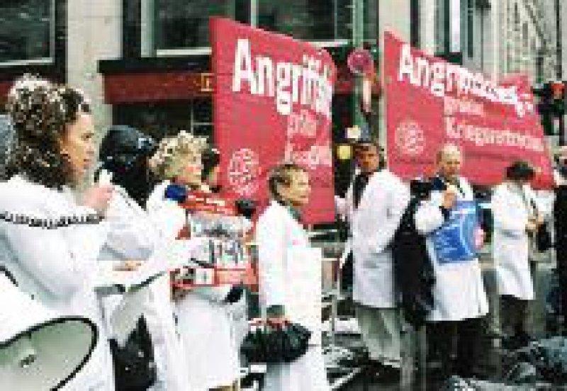 Ärzte der IPPNW und andere Ärzteverbände demonstrierten vergangene Woche vor der amerikanischen Botschaft in Berlin. Foto: Daniel Rühmkorf