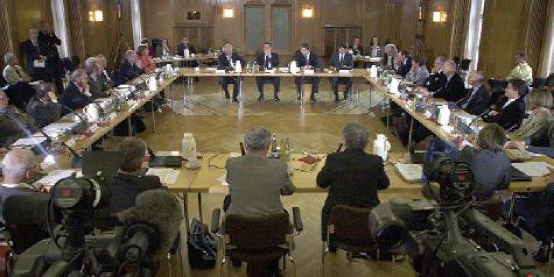 Die konstitutierende Sitzung des Nationalen Ethikrats am 8. Juni 2001 im Vortragsraum der Berlin-Brandenburgischen Akademie der Wissenschaften Fotos: dpa