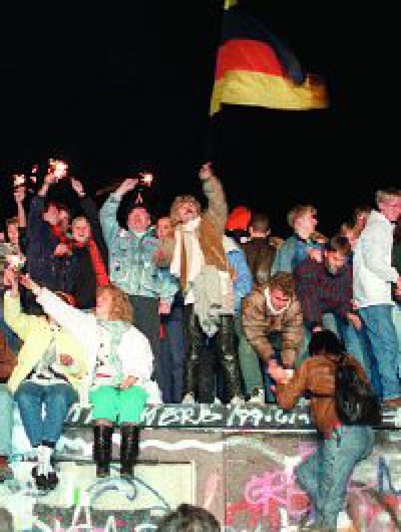 Jubelnd wurde der Fall der Mauer gefeiert. Am 9. November 1989 öffnete die DDR ihre Grenzen. Doch viele Ostdeutsche haben die Wende bis heute nicht verkraftet. Foto: dpa