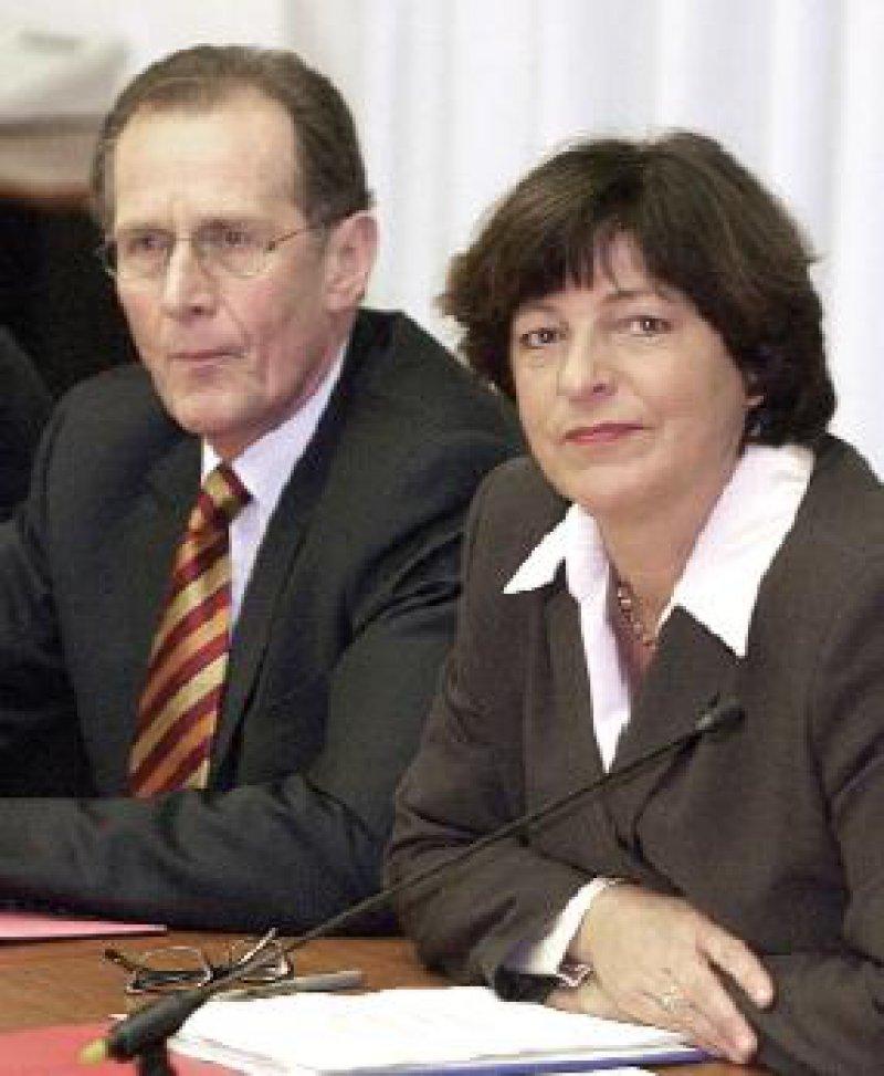 Miteinander verzahnt: Bundesgesundheitsministerin Ulla Schmidt und Kommissionschef Prof. Bert Rürup sollen bis Mai einen gemeinsamen Reformentwurf vorlegen. Foto: dpa