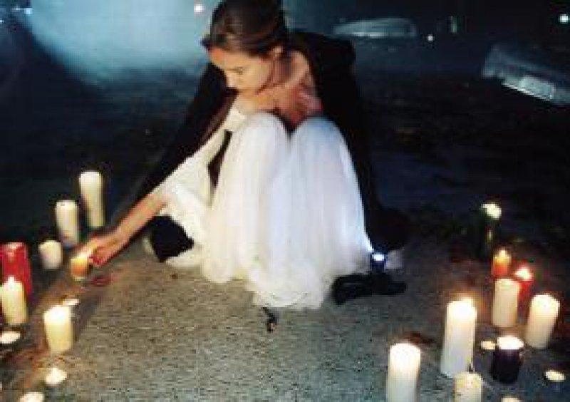 """Szene aus """"Tatort – Tausend Tode"""". Der Krimi veranschaulichte die Manipulationsmöglichkeiten von Suizidforen. Ein suizidwilliges Mädchen wird zum gemeinsamen stilisierten Tod in den See gelockt. Foto: SWR"""