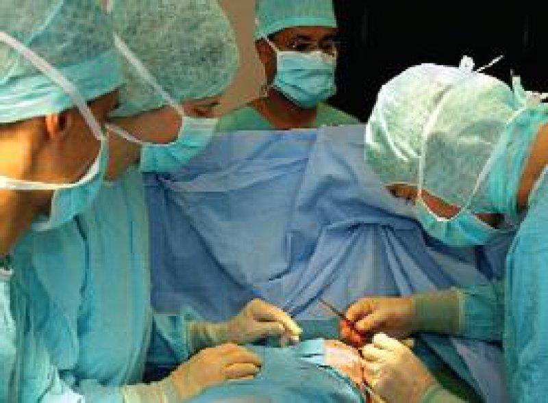 Ein langfristiger Operationserfolg hängt nicht nur von der Fallzahl des Operateurs oder des Krankenhauses ab. Foto: dpa