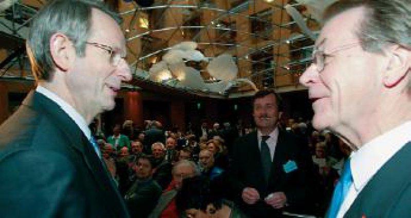 Distanz und Annäherung: SPD-Fraktionsvorsitzender Franz Müntefering (rechts) und Bundesärztekammerpräsident Jörg-Dietrich Hoppe (im Hintergrund stehend MB-Vorsitzender Frank Ulrich Montgomery) Ärztetagsfotos: Georg Lopata