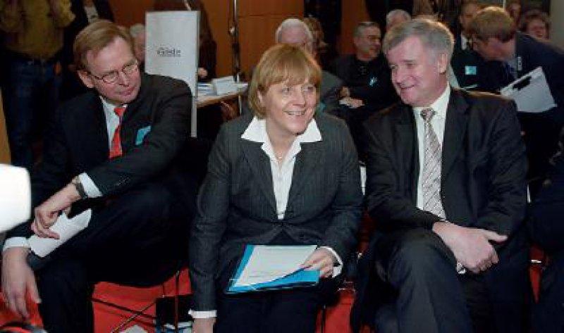 CDU-Fraktionsvorsitzende Angela Merkel mit dem früheren Gesundheitsminister Horst Seehofer (rechts) und dem KBV-Vorsitzenden Manfred Richter-Reichhelm. Merkel trug die Positionen der CDU/CSU vor.