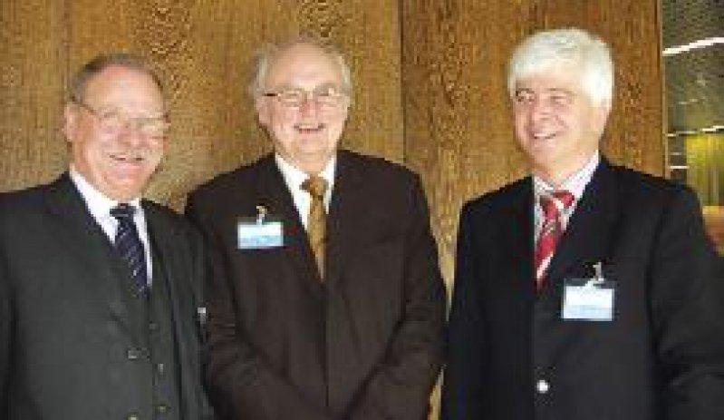 Hans Hellmut Koch (Mitte) ist in seinem Amt als Präsident der Bayerischen Landesärztekammer bestätigt worden. Links: Klaus Ottmann, rechts: Max Kaplan, die Vizepräsidenten Foto: BLÄK